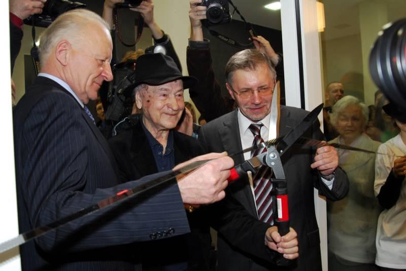 storinis momentas Vilniaus gyvenime – miesto meras Juozas Imbrasas, Ministras pirmininkas G.Kirkilas ir J.Mekas atidaro pirmąją naujo menų centro parodą