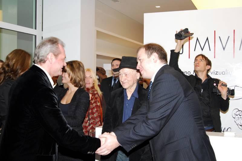 J. Mekas ir Vizualiųjų menų centro direktorius Kristijonas Kučinskas dėkoja centro rėmėjui –UAB